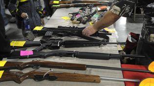 Des fusils à vendre lors d'un salon à Kansas City(Missouri, Etats-Unis). (DAVE KAUP / REUTERS)
