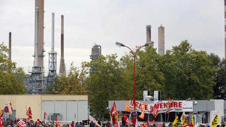 Les ouvriers de Petroplus devant la raffinerie de Petit-Couronne (Seine-Maritime), menacée de fermeture, le 18 octobre 2012. (BERNARD BISSON / SIPA)
