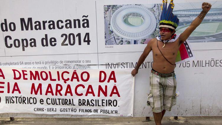 Un Indien brandit le poing lors d'une manifestation contre la démolition des abords du stade Maracana, à Rio de Janeiro (Brésil), le 1er décembre 2012. (SILVIA IZQUIERDO / AP / SIPA)