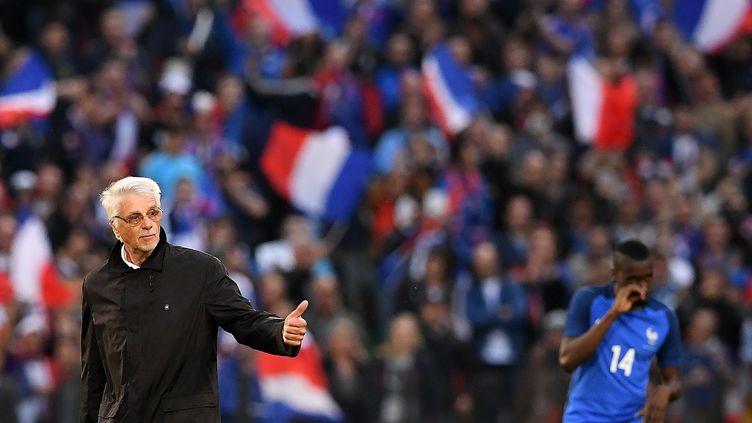 L'ancien sélectionneur français Aimé Jacquet donne le coup d'envoi fictif du match amical France-Ecosse, le 4 juin 2016 à Metz. (FRANCK FIFE / AFP)