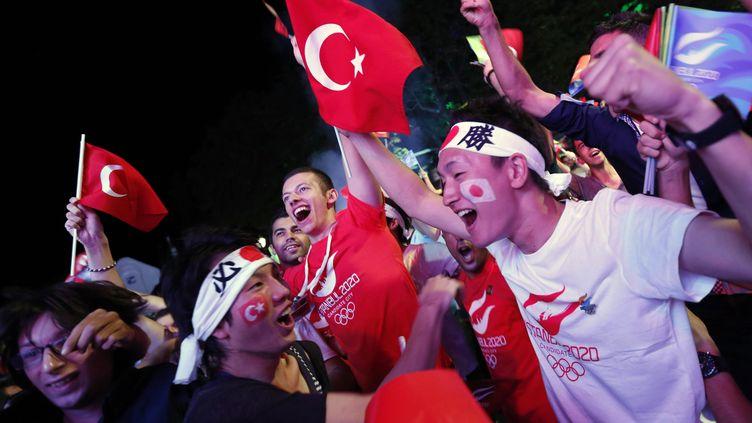 Des touristes japonais en visite en Turquie célèbre l'attribution de l'organisation des Jeux olympiques de 2020 à Tokyo, le 7 septmbre 2013. (MURAD SEZER / REUTERS)