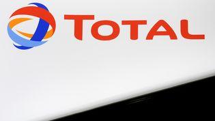 Le logo de Total, au forum économique de Saint-Pétersbourg (Russie), le 25 mai 2018. (RAMIL SITDIKOV / SPUTNIK / AFP)
