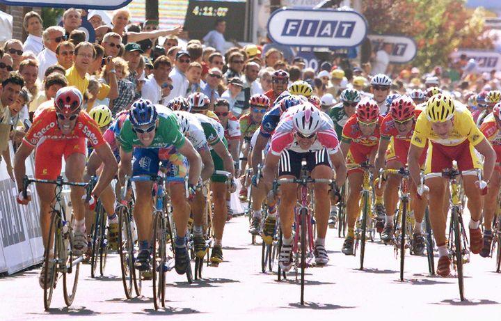 Tom Steels (maillot vert) s'impose à Maubeuge mais sera déclassé par le jury. (PATRICK KOVARIK / AFP)