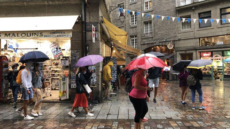 Après plusieurs jours de canicule, la pluie tombe à Saint-Malo (Ille-et-Vilaine), le 12 août 2020. (SANDRINE MULAS / HANS LUCAS / AFP)