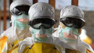 Des travailleurs en combinaison protectrice, à Monrovia, la capitale du Liberia, le 30 août 2014. (DOMINIQUE FAGET / AFP)