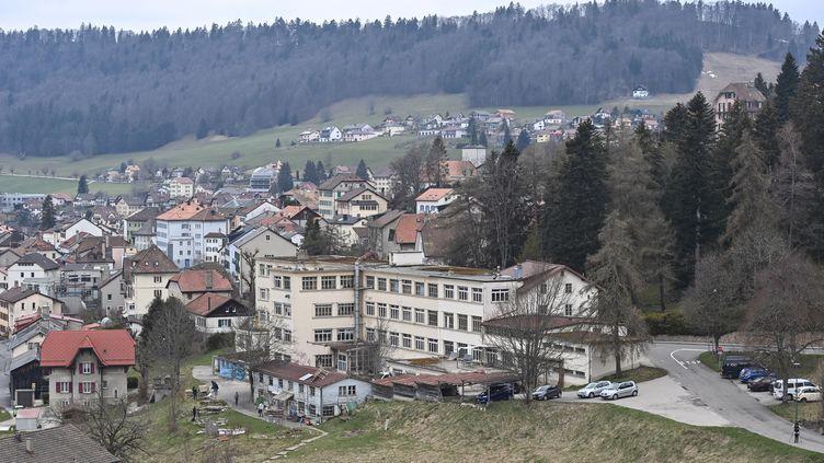 Le squatde la commune de Sainte-Croix, située dans le canton de Vaud (Suisse),le 18 avril 2021, où la petite Mia et sa mère ont été retrouvées. (FABRICE COFFRINI / AFP)