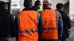 Deux cheminots en grève, le 9 avril 2018 à la gare de Lyon. (JULIEN MATTIA / NURPHOTO)