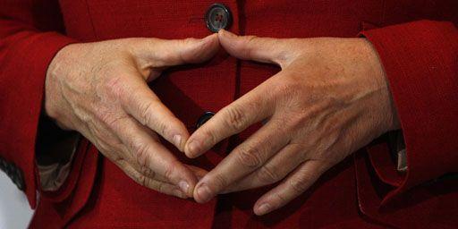 Le fameux maintien des mains de la chancelière Angela Merkel, appelé en allemand «Merkel-Raute» (le«losange de Merkel») (à Stuttgart le 4-5-2011). Cette Raute va-t-elle lui valoir une place dans l'histoire de l'opéra ? (Reuters - Michaela Rehle)