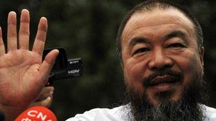Ai Weiwei salue ses supporters,  le 23 juin 2011 à Pékin.  (PETER PARKS / AFP)