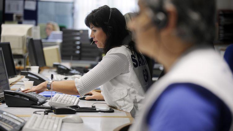 Des opératrices du Samu, au Centre de réception et de régulation des appels du 15, à Lyon. (FRED DUFOUR / AFP)