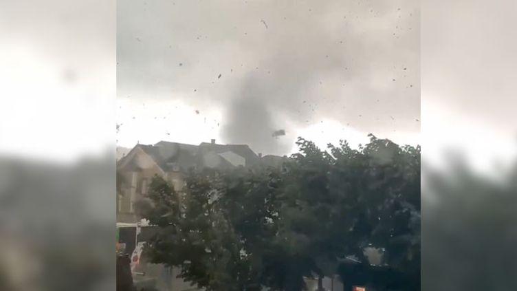 Capture d'écran d'une vidéo du compte Twitter Météo Express, montrant une tornade à Pétange, à la frontière entre le Luxembourg et la Meurthe-et-Moselle, le 9 août 2019 (CAPTURE D'ECRAN COMPTE TWITTER DE METEO EXPRESS)