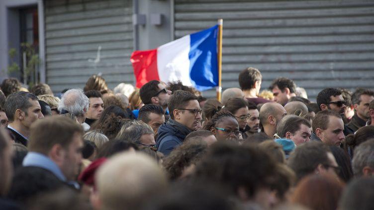DesParisiens rendent hommage aux victimes des attaques du 13 novembre, rue Bichat à Paris, le 16 novembre 2015. (PATRICE PIERROT / AFP)