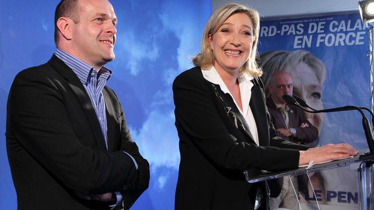 Le secrétaire général du FN et candidat à la mairie d'Hénin-Beaumont, Steeve Briois, et la présidente du FN, Marine Le Pen, lors d'une conférence de presse à Hénin-Beaumont (Pas-de-Calais), le 14 mai 2012. (MAXPPP)