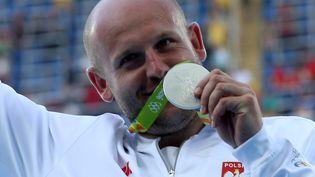 Le lanceur de disque polonais Piotr Malachowski savoure sa médaille d'argent, le 13 août 2016, à Rio (Brésil). (ALESSANDRO BIANCHI / REUTERS)