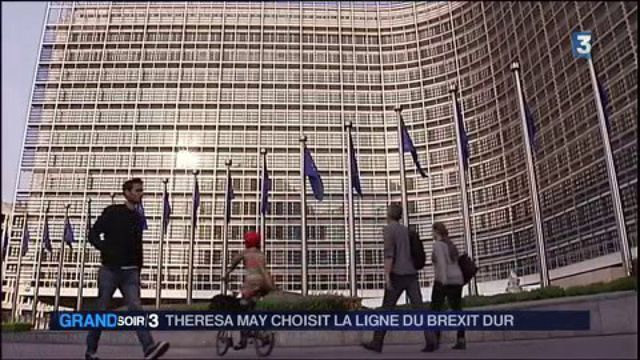 Brexit : Theresa May reste inflexible
