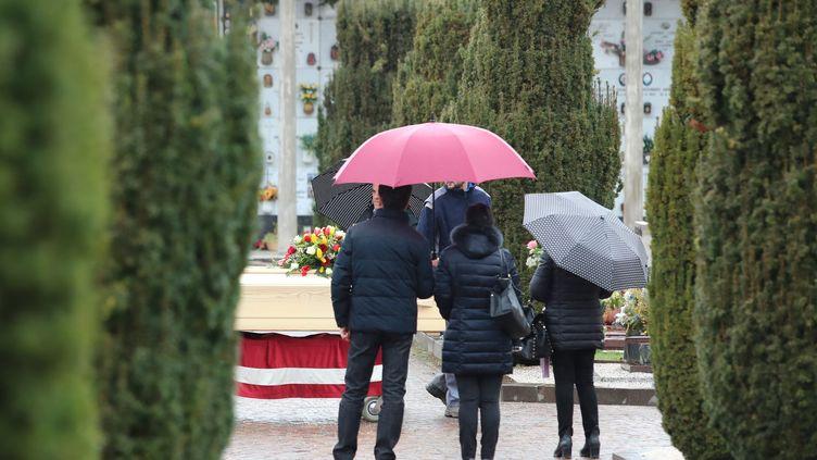 Les cérémonies d'hommage aux défunts sont désormais limitées à vingt participants et les obsèques strictement réglementées (illustration). (PIERRE TEYSSOT / MAXPPP)