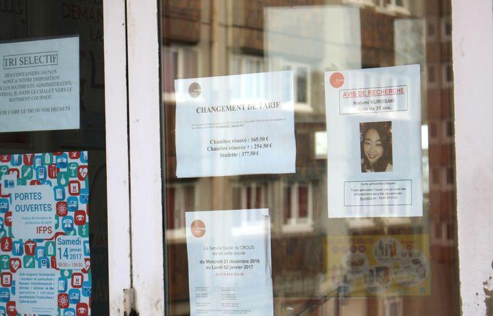 Un avis de recherche placardé à l'entrée d'une bâtiment sur le campus universitaire de Besançon (Doubs), après la disparition deNarumi Kurosaki, une étudiante japonaise. (MAXPPP)