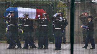 Le cercueil d'Arnaud Beltrame transporté par des gendarmes sur le tarmac de l'aéroport de Carcassonne. (PASCAL PAVANI / AFP)