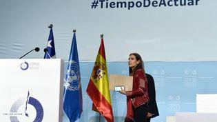 Carolina Schmidt, la ministre chilienne de l'Environnement, quitte l'estrade après la clôture de la COP25le 15 décembre à Madrid, en Espagne. (OSCAR DEL POZO / AFP)