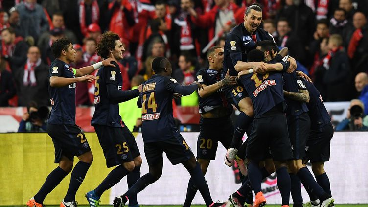 Les joueurs du PSG célèbrent l'ouverture du score de Pastore, en finale de Coupe de la Ligue face à Lille (FRANCK FIFE / AFP)