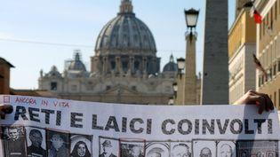 Des victimes de prêtres pédophiles manifestent devant le Vatican, à Rome, le 3 octobre 2018. (LENA KLIMKEIT / DPA / AFP)