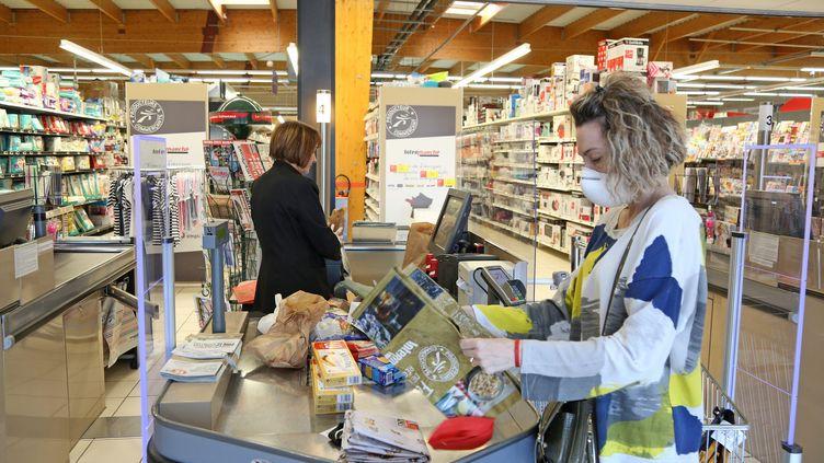 Une hôtesse de caisse au travail dans un supermarché d'Angoulème (Charente). Photo d'illustration. (LOÏC DÉQUIER / MAXPPP)