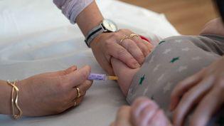 Un bébé est vacciné, à Réalmont (Tarn), en 2019. (GARO / PHANIE / AFP)