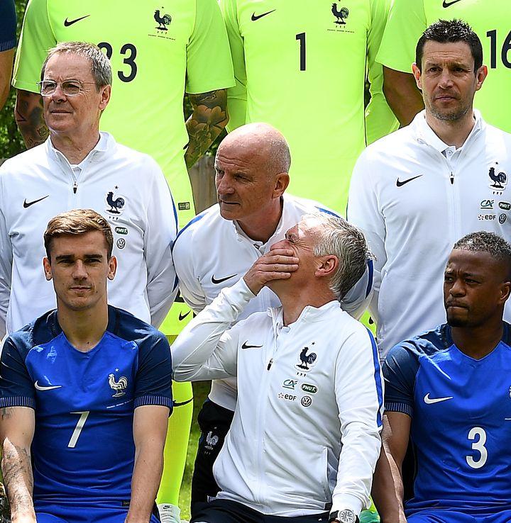 Même pendant les photos officielles, ça chuchotte entre Deschamps et Stéphan. (FRANCK FIFE / AFP)