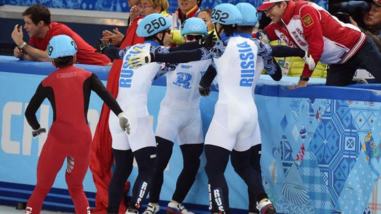 La joie des Russes lors du relais short-track (DAMIEN MEYER / AFP)