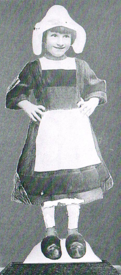 """""""Bécassine dévoile les trésors de Loulotte"""" : Loulotte en Bécassine, vers 1926  (Musée de la Poupée-Paris)"""