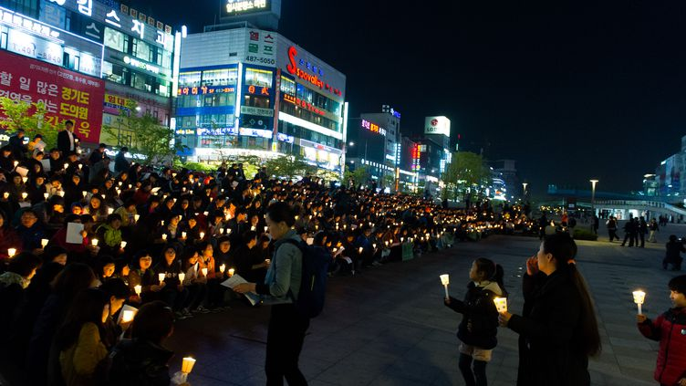 """Des Sud-Coréens honorent la mémoire des victimes du naufrage du """"Sewol"""", le 22 avril 2014, à Ansan (Corée du Sud). (KIM DOO-HO / AFP)"""