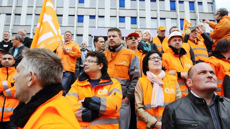 D'anciens employés du site ArcelorMittal de Florange (Moselle) manifestent devant le siège de l'entreprise, mercredi 29 mai. (JEAN-CHRISTOPHE VERHAEGEN / AFP)