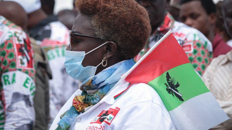 Une Burundaise participant à un rassemblement électoral du parti au pouvoir, leCNDD-FDD, le 27 avril dans la ville de Gitenga, au centre du Burundi. (TCHANDROU NITANGA / AFP)