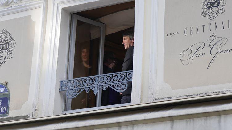 """Le romancier Eric Vuillard, Prix Goncourt 2017 pour """"A l'ordre du jour"""", à la fenêtre du restaurant le Drouant  (Laurence Houot / Culturebox)"""