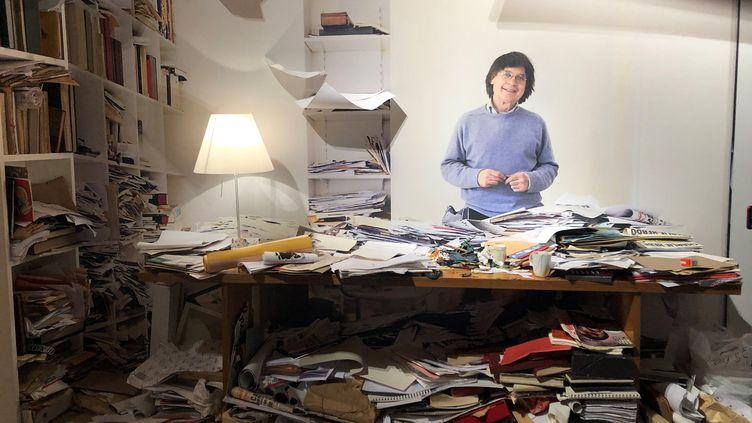 """Le bureau de Cabu : installation à l'entrée de l'exposition """"Le rire de Cabu"""" à l'Hôtel de Ville de Paris. (Manon Botticelli/ Franceinfo Culture)"""
