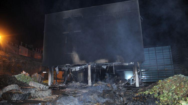 Le centre des impôts de Morlaix(Finistère) incendié,le 20 septembre 2014. (FRED TANNEAU / AFP)