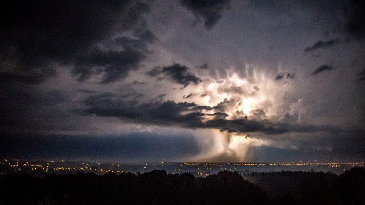 Lors d'un précédent épisode orageux, en août 2015, dans le département du Nord. (PHILIPPE HUGUEN / AFP)
