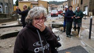 A Vilgailhenc (Aude), une femme constate les dégâts après les pluies torrentielles qui se sont abattues sur le village, le 15 octobre 2018. (ERIC CABANIS / AFP)