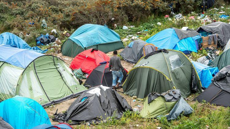 """Image prise le 7 octobre 2015 de la """"jungle"""" de Calais, ce campement où s'entassent dans des conditions misérables des milliers de migrants attendant de partir pour Calais. (PHILIPPE HUGUEN / AFP)"""