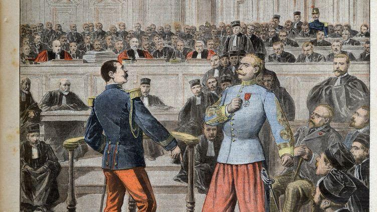 """Lors d'une audience dans """"l'affaire Zola"""", incident entre le colonel Henry et le lieutenant-colonel Picquart (à droite) en uniforme de tirailleur algérien. """"Le Petit Journal"""", 27 février 1898. (Bianchetti/Leemage)"""