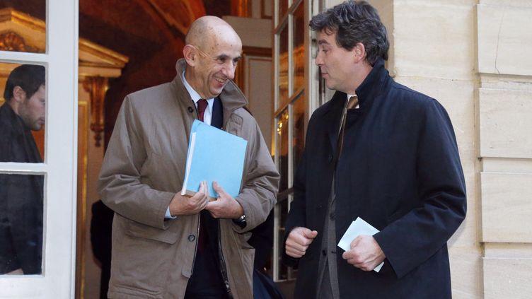Le commissaire à l'investissement, Louis Gallois, et leministre du Redressement productif,Arnaud Montebourg,quittent l'Hôtel Matignon le 5 novembre 2012. (PIERRE VERDY / AFP)