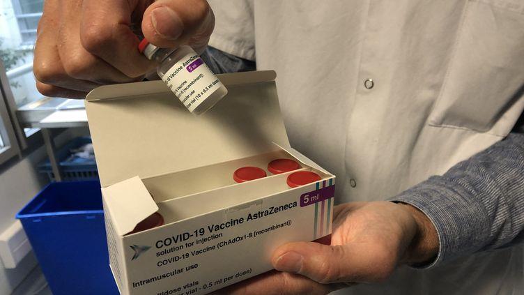 Illustration de doses du vaccin AstraZeneca. (ANTHONY MICHEL / FRANCE-BLEU PAYS BASQUE)