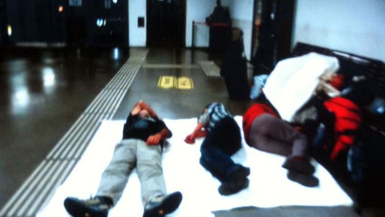 A la gare de Vienne trois voyageurs français obligés de dormir sur un mince matelas, le 19/04/2010 (DR)