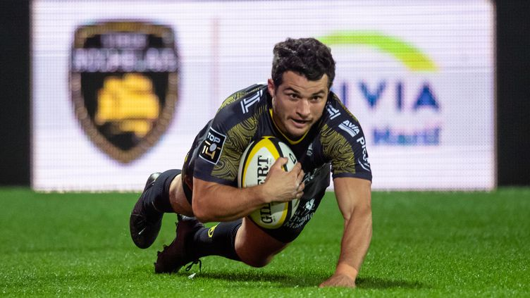 Brice Dulin, joueur de La Rochelle, marque un essai lors du match face à Clermont, le 08 novembre.  (XAVIER LEOTY / AFP)