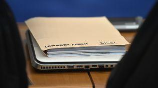 Un dossier concernant l'affaire Vincent Lambert lors d'une audience à à la Cour européenne des droits de l'Homme, le 5 juin 2015. (PATRICK HERTZOG / AFP)