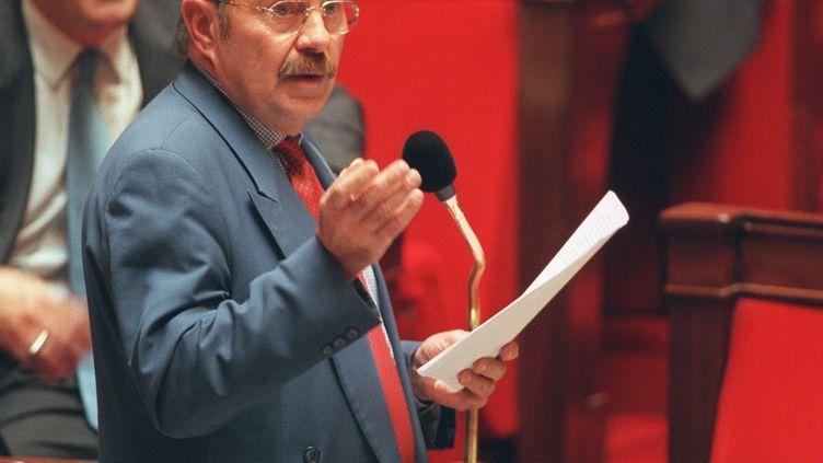 Le député Jean-Pierre Michel, l'un des rapporteurs de la proposition de loi sur le Pacs, le 13 octobre 1999 dans l'hémicycle de l'Assemblée nationale. (ERIC FEFERBERG / AFP)