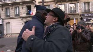 Steve (à gauche), le CRS embrassé par un manifestant à Paris le 11 janvier 2015. ( FRANCE 2)
