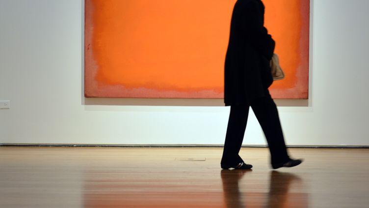 """""""Orange, Red,Yellow"""", latoile du peintre expressionniste abstrait américain Mark Rothko a été vendue aux enchères 86,9 millions de dollars (67 millions d'euros) le 8 mai 2012 à New York (Etats-Unis). (STAN HONDA / AFP)"""