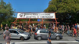 Des opposants au sommet du G7 ont défilé à Hendaye (Pays basque), vendredi 22 août. (ANDER GILLENEA / AFP)