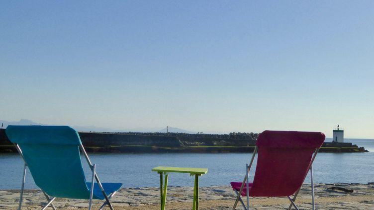 Deux transats face à la mer sur la plage de la Digue de Tarnos dans les Landes, en août 2019. (ISABELLE NOGUES / FRANCE BLEU PAYS BASQUE / RADIO FRANCE)